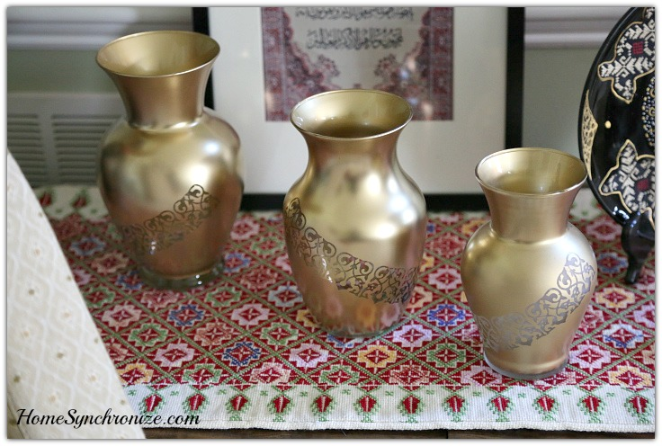 Golden vases with arabesque